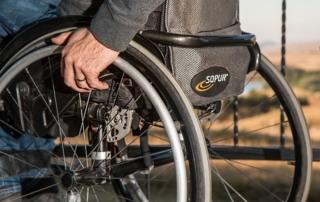 rollstuhl bietet im Alter mehr Mobilität